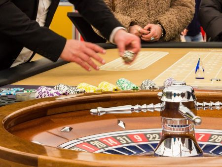 What are the types of bets to play online poker?